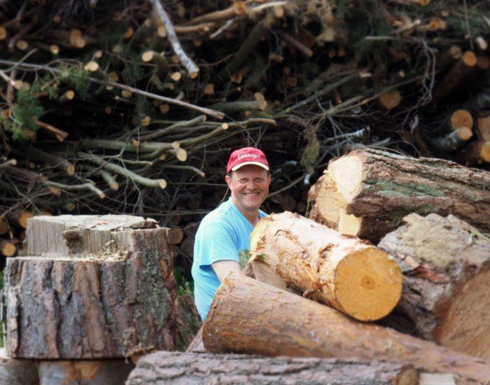 Bauer Johann Gutenbrunner beim Holzarbeiten