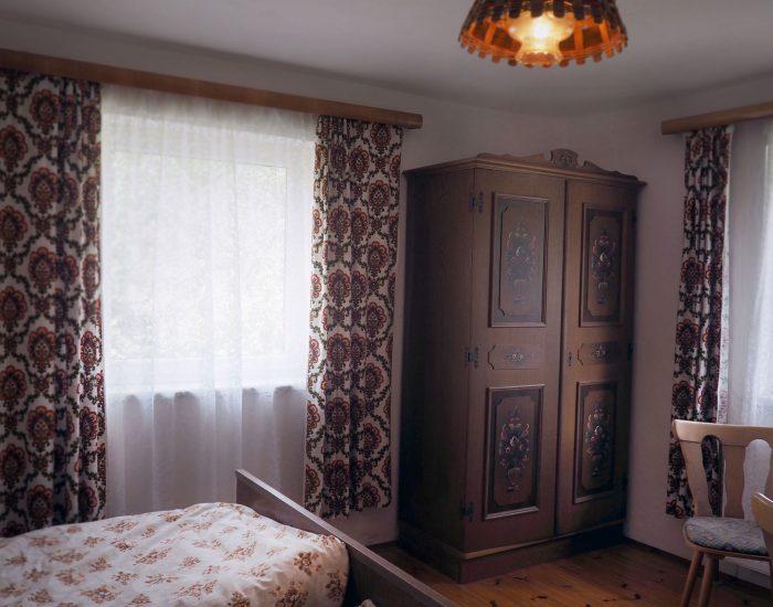 Kasten mit traditioneller Bauernmalerei im zweiten Schlafzimmer der Ferienwohnung Gutenbrunner