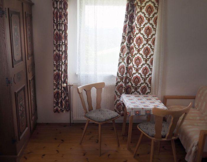 Gemütliche Sitzecke im zweiten Schlafzimmer der Ferienwohnung Gutenbrunner