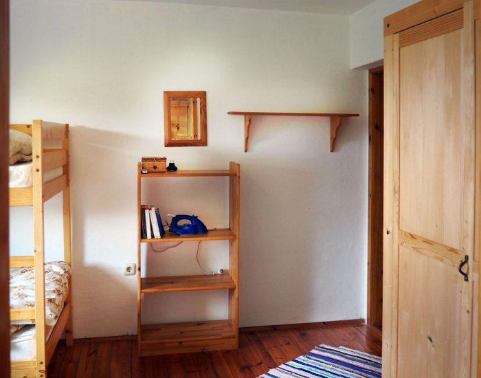 Regale und Kasten im ersten Schlafzimmer der Ferienwohnung Gutenbrunner